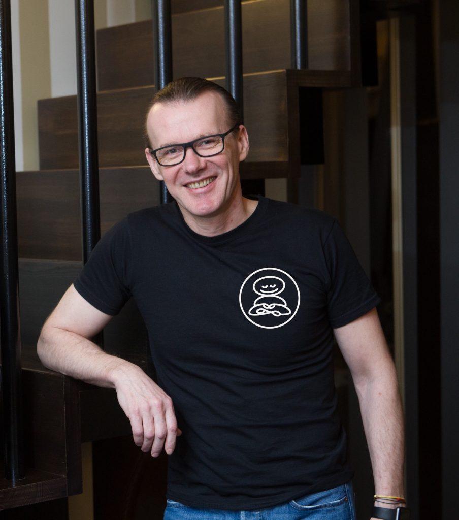 Meditacijos mokytojas ir holistikos terapeutas Arūnas Valančius. Tarptautinės meditacijos mokytojų ir terapeutų asociacijos narys ir akredituotas praktikas